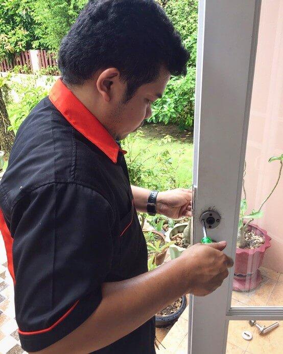 งานซ่อมประตูบ้าน